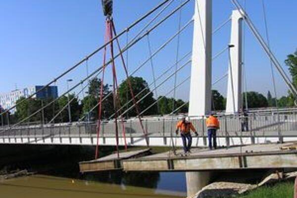 Lávku pre peších vlani nahradil nový cestný most. Spája Chrenovú so Starým mestom.