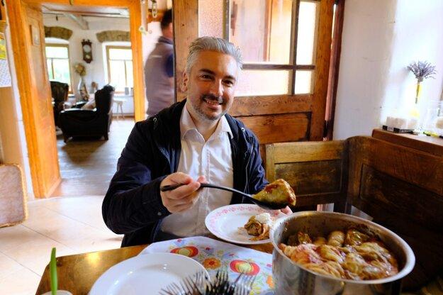 Na tejto fotografii županovi Trnkovi chutí. Vraj nikde v kraji okrem Košíc veľmi dobre nevaria.