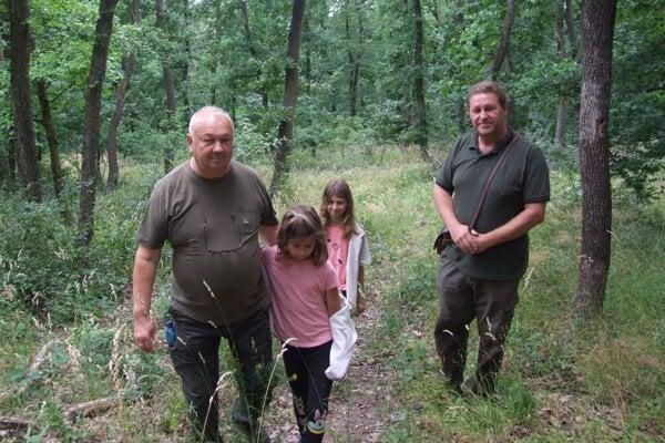 Igor Osúch (vpravo) a Rudolf Kráľovič s vnučkami Maruškou a ALžbetkou v lese, kde sa pohyboval medveď.