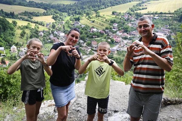 Na snímke turisti pózujú na vrchole kopca, kde sa kedysi nachádzal hrad Košeca.