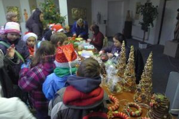 Deti sa počas programu Mikulášsky vlak zoznámili aj s výrobou vianočných ozdôb a dekorácií.