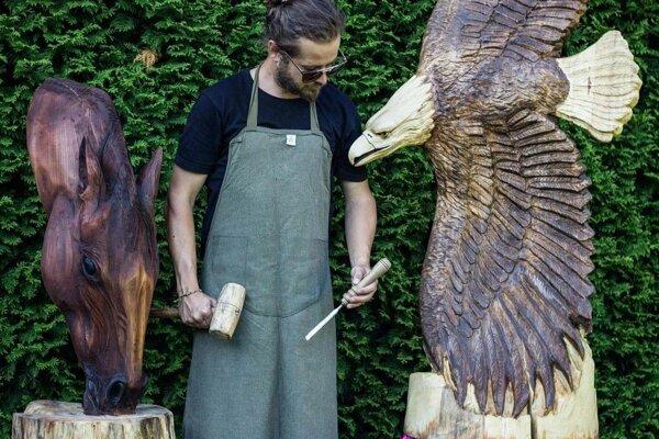 Michal Husár vyrezáva úchvatné drevené sochy. Spod jeho šikovných rúk vychádzajú aj sochy zľadu apiesku.