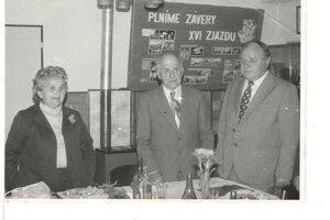 Učitelia, na ktorých sa nezabúda. Manželia – učitelia Kľúčikovci odovzdávali vedomosti nejednej generácií v Dražkovciach. Na fotke s nimi je niekdajší predseda MNV Pavol Kňažko.
