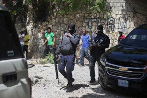 Haitská polícia pred domom zavraždeného prezidenta Moisa.