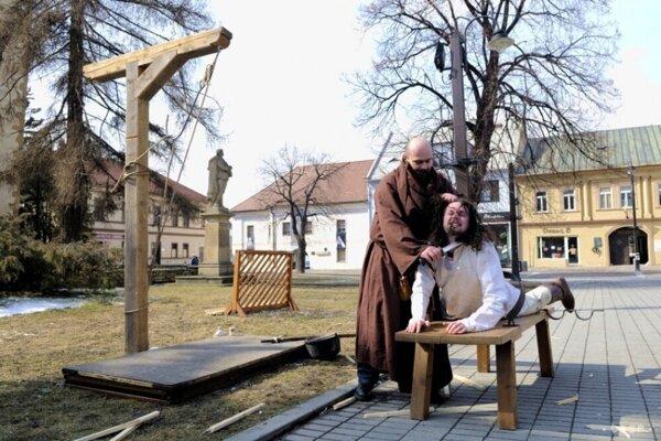 Mikulášania robia rekonštrukcie Jánošíkovej smrti. Nie na pôvodnom mieste, ale na námestí, pred budovou vtedajšieho sídla súdu.
