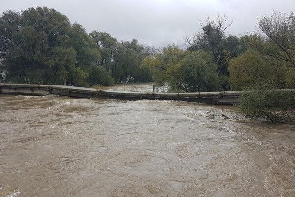 Voda sa môže vyliať z korýt riek.