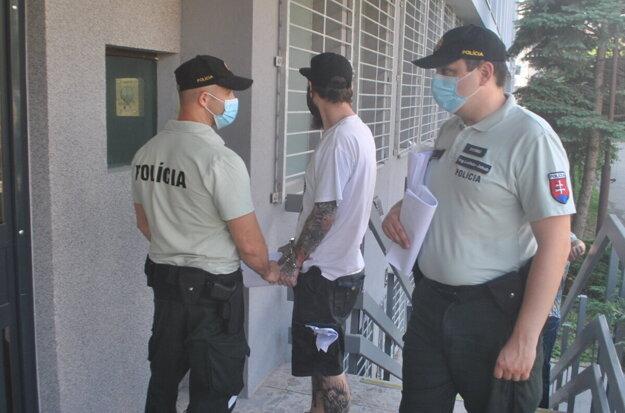 Policajná eskorta odviedla Róberta do väznice na Floriánskej ulici.
