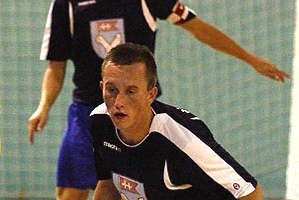 Michal Volentier (v popredí) zaznamenal hetrik, výborným výkonom prispel k víťazstvu oslávenec Peter Peciar.