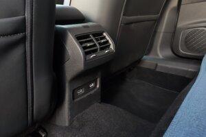 Vzadu nechýbajú výduchy klimatizácie ani dva USB porty.