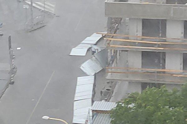 Na Alvinczyho ulici v Košiciach padli plechy.