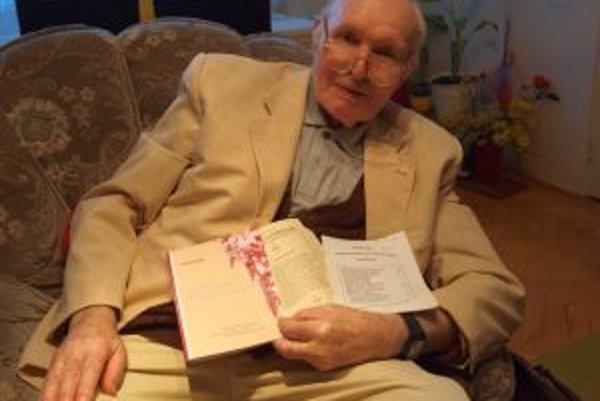 Rudolf Šiška je aj vo svojich 82 rokoch stále tvorivý a pracuje na počítači.