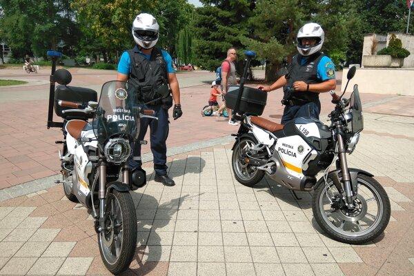 Michalovskí mestskí policajti využívajú v práci elektromotocykle.