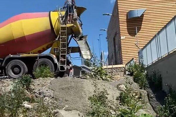 Prípad znečistenia rieky Nitra vNových Zámkoch vyšetruje polícia aj Slovenská inšpekcia životného prostredia.