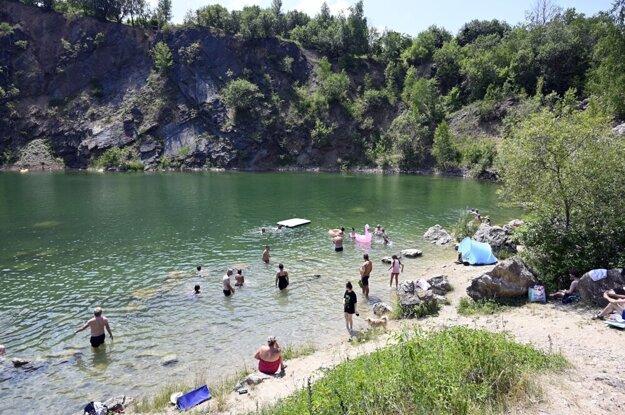 V jazere Beňatina sa kúpať nesmie, ľudia to počas teplých dní nerešpektujú.