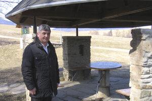 Starosta obce Víťaz v okrese Prešov Ján Baloga pri prameni Slaná voda. Stane sa novým poslancom kraja.