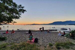 Pobrežie vo Vancouveri. Miestni sa chodia schladiť skôr k jazerám.