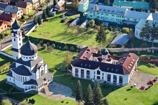 Chrám sv. Cyrila a Metoda (vľavo) sa dostal na zoznam lokálnych pamätihodností Stropkova.