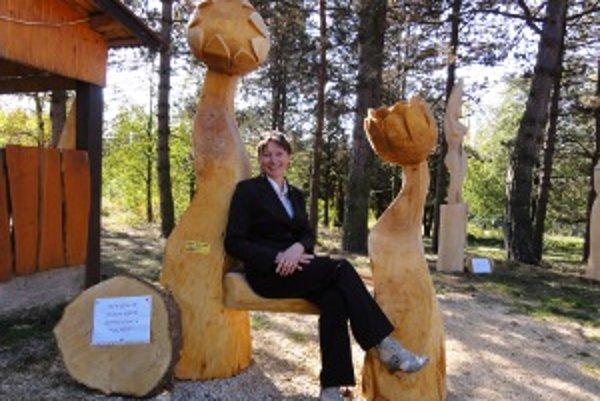 Trón bohyne lásky. Sedí na ňom Anežka Križková, organizátorka sympózia.