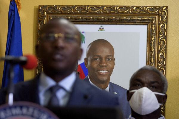 Zavraždený haitský prezident Jovenel Moise na obraze za dočasným premiérom Claudom Josephom.