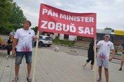 Protest za znovuotvorenie termálneho kúpaliska v Podhájskej.