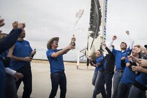 Jeff Bezos (v klobúku) počas osláv jedného z úspešných testov rakety News Shepard.