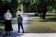 Voda pri sútoku Dunaja a Moravy zaplavila časť Slovanského nábrežia pod hradom Devín v Bratislave.