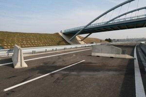 Auto narazilo do betónovej zátarasy pri novom moste neďaleko Lehoty.