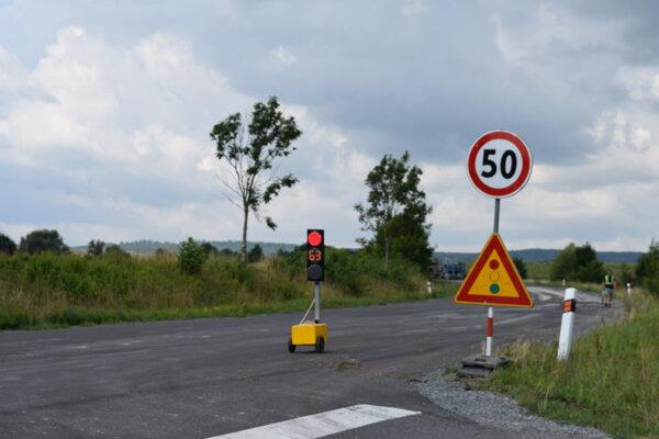 Premávka je v úseku od križovatky pred Haličou po odbočku na Maškovú riadená semaformi.