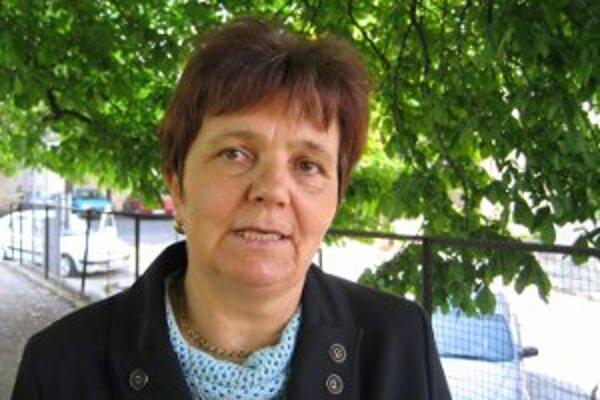 Serafína Ostrihoňová dostáva mesačne 444 eur len tak. Napriek tvrdeniam o vážnej chorobe a napriek jej desaťmesačnej absencii na rokovaniach, sa poslankyňa nitrianskej župy zatiaľ poslaneckého kresla nevzdáva.