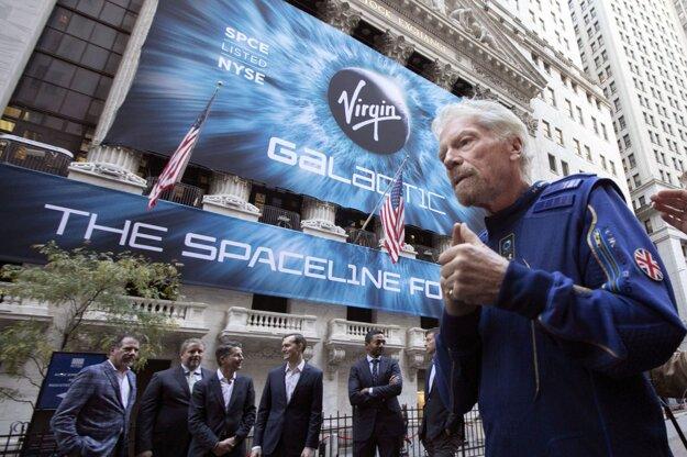 Britský miliardár Richard Branson a zakladateľ firmy Virgin Galactic pred newyorskou burzou cenných papierov.