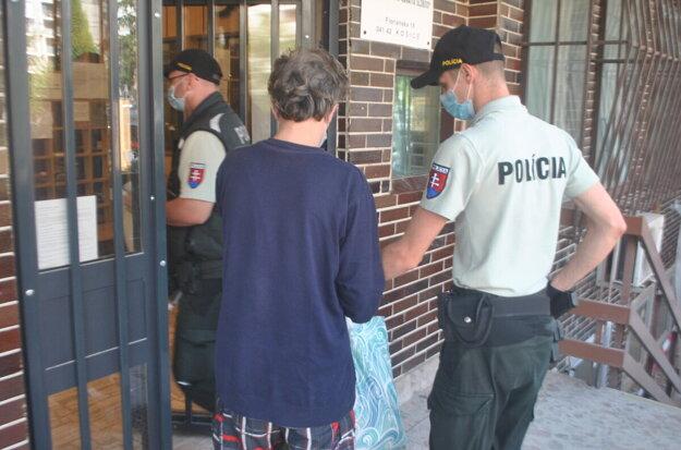 Policajti vlani odviedli Petra zo súdu do väznice na Floriánskej ulici. Už ju opustil, je na psychiatrii.