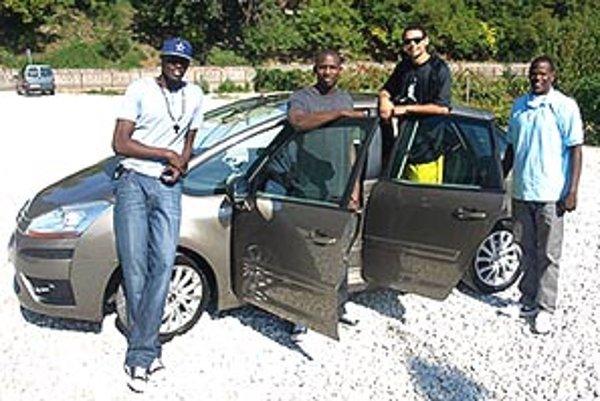 Štvorica legionárov dostala od partnerov klubu novučičké auto, aby sa mohli zvážať na tréning a všade, kam potrebujú.