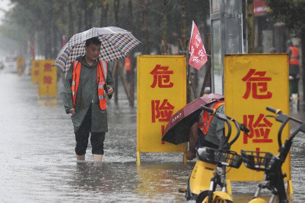 V meste Čeng-čou zaplavili prudké dažde.