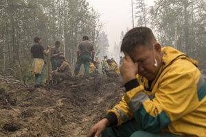 S lesnými požiarmi bojuje viac ako 2000 ľudí.