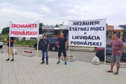 Protest nespokojných Podhájčanov pred termálnym kúpaliskom.
