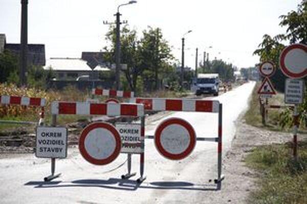 Cesta tretej triedy v Janíkovcicah je naďalej uzavretá.
