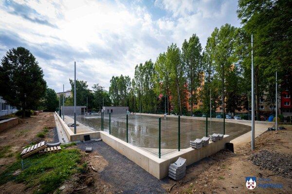 Výstavbu zdržali výkopové, ale aj ďalšie práce spojené s výstavbou oporného múrika vo vstupnej časti.