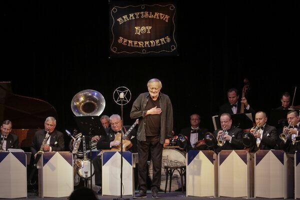 Milan Lasica počas klaňačky na svojom poslednom koncerte so súborom Bratislava Hot Serenaders 18. júla 2021 v Štúdiu L+S.