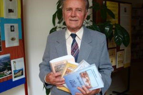 Autor Ľudovít Čutrík nedávno oslávil 80 rokov. Na snímke s ocenenou Ságou slovenskej dediny.