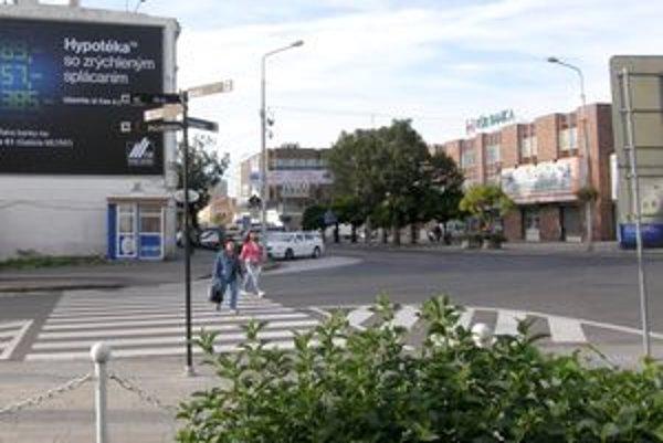 Začiatok Palárikovej ulice zo strany pešej zóny. Tu má stáť v budúcnosti budova.
