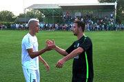 Podanie rúk po zápase - Matej Franko a Adrián Grebáč, útočné esá svojich tímov.