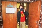 Ľuboš Lorenz na súde v tričku, ktoré vyvolalo nevôľu prokurátora.