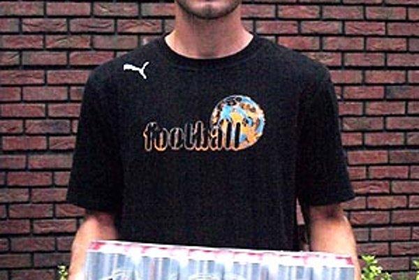 Pre kartón piva Corgoň si prišiel víťaz 5. kola Marek Tvrdoň zo Žirian. Marek má 18 rokov, prišiel aj s otcom.