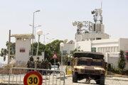 Vojenská patrola  pred budovou štátnej televízie v Tunise.