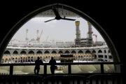 Policajti sledujú dodržiavanie opatrení vo Veľkej mešite v Mekke.