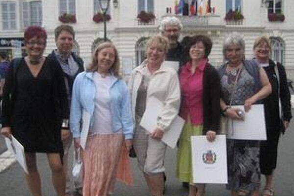 Výtvarníci pred radnicou v Chateaudun. Celkom vpravo Nitrianka Miloslava Salanciová.