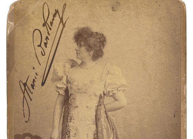 Fotoateliér: Julius Cornelius Schaarwächter, Berlín: Mária Bárkány ako Madame Sans-Gêne, pred 1902