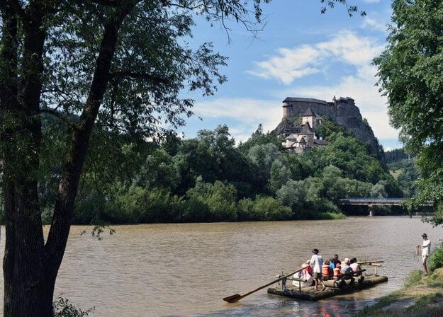 Pltníci na rieke Orava. V pozadí Oravský hrad.
