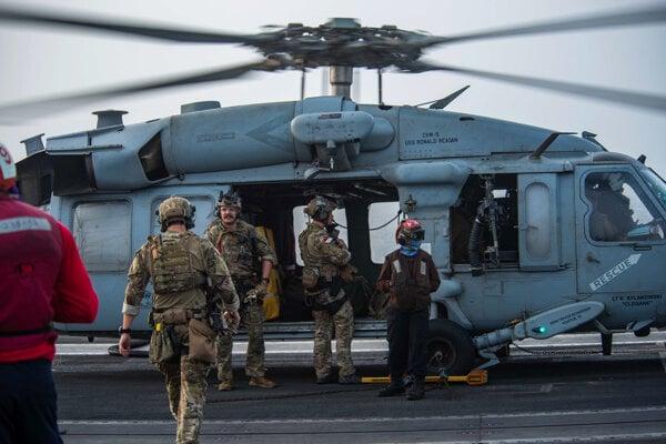 Americkí vojaci pristávajú na lietadlovej lodi USS Ronald Reagan.
