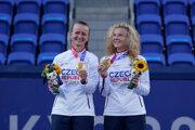 České tenisky Barbora Krejčíková (vľavo) a Kateřina Siniaková ovládli štvorhru na OH 2020.